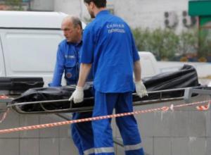 Молодой мужчина умер на ступеньках посреди улицы в Ростовской области