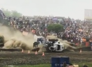 Два трактора на полном ходу столкнулись и опрокинулись на видео под Ростовом