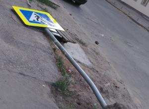 «Уставший пешеход» создает опасную дорожную ситуацию на «зебре» в центре Ростова