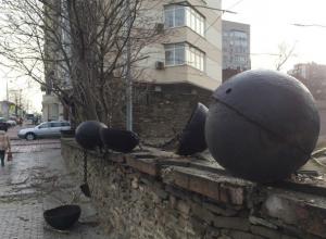 Вандалы разрушили памятник и разбросали бутафорские буйки у пригородного вокзала в Ростове