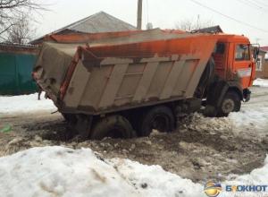 В Ростове КамАЗ коммунальщиков провалился в яму. Фото