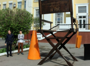 Гигантский стул кинорежиссера в Ростове попал в Книгу рекордов России
