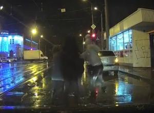 Дорожный конфликт с дракой и поножовщиной в центре Ростова очевидцы сняли на видео