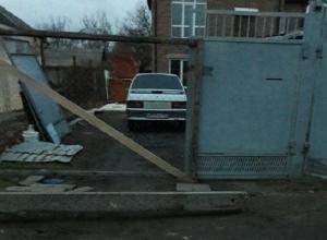 Энергетики Ростова «громадиной» забаррикадировали семью в собственном доме