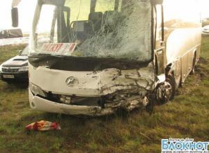 В Ростовской области столкнулись иномарка и экскурсионный автобус: есть пострадавшие