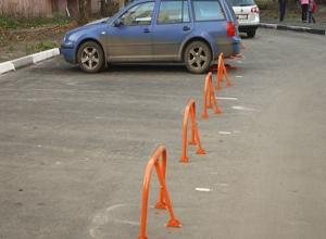 Наглый захват парковочных мест для автомобилей устроили жители дома в Ростове-на-Дону
