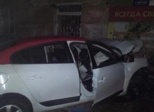 В Ростове девушка-водитель на «Рено» врезалась в магазин и погибла