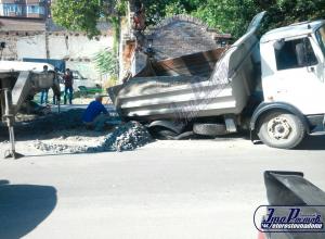 МАЗ ушел под землю из-за прорыва водопровода в центре Ростова