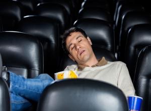К уснувшему в кинотеатре жителю Ростова направил свои «шаловливые ручонки» сосед по креслу