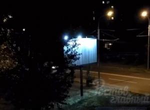 Отбивающий «криповую» чечетку до утра рекламный щит неспящие ростовчане сняли на видео