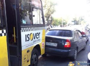 В Ростове-на-Дону маршрутка протаранила шесть автомобилей. Фото, видео