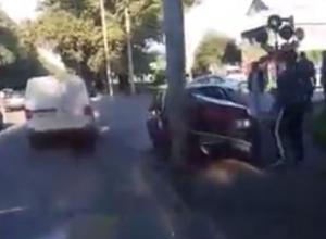 Водитель не успел проскочить на красный и влетел в столб в Ростове