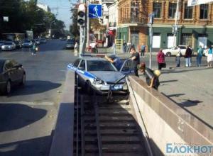 Очевидцы сняли аварию с полицейским авто, въехавшим в  подземный переход в центре Ростова