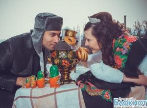 Ростовчанка и маврикиец сыграли свадьбу в русском народном стиле
