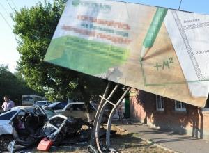 В Ростове «ВАЗ-2112» протаранил рекламный щит: 1 погиб, 1 травмирован. Фото