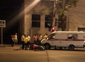 Мотоциклист с пассажиркой разбились о поворачивающую иномарку в Ростове на видео