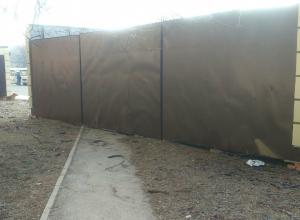 Дорогу к автобусной остановке жителям села в Ростовской области перекрыли ларечным комплексом