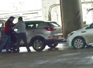 Два агрессивных водителя попытались устроить драку в центре Ростова и попали на видео