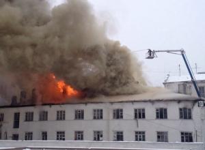 В центре Ростова-на-Дону горит трехэтажное здание