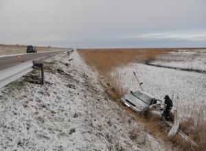 В Ростовской области водитель «Приоры» погиб, вылетев со скользкой трассы