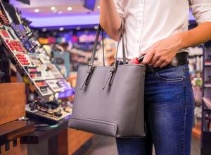 В Ростовской области женщина стащила косметику на глазах у продавцов