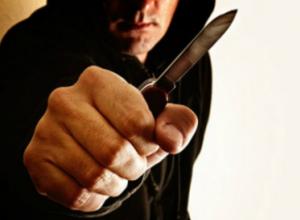 Нож в шею полицейскому вонзил разбушевавшийся дебошир во дворе многоэтажки под Ростовом
