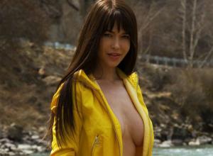 Звезда Playboy из Ростова игриво обнажила сексуальные места возле горной реки