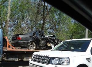В Ростове BMW выехала на встречку, столкнулась с машиной и врезалась в столб: водитель погиб