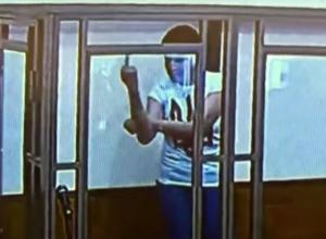 Надежда Савченко оскорбила судью Донецкого суда неприличным жестом