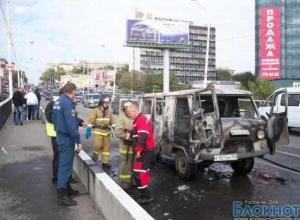 В Ростове на Ворошиловском мосту вспыхнул УАЗ