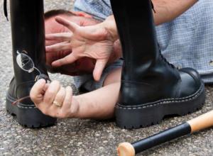 Избили и бросили замерзать пенсионера злоумышленники в Ростове