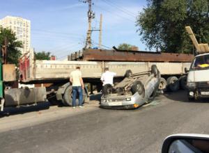 Жестким опрокидыванием на крышу закончилась для водителя иномарки встреча с фурой в Ростове