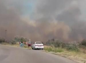 Задыхающийся от плотного дыма хутор под Ростовом попал на видео