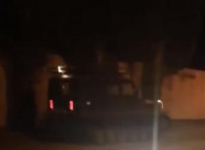 Суровый гусеничный УАЗ на темной улице Ростова испугал автолюбителей на видео