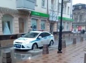 Огромная лужа в центре Ростова возмутила пешеходов и попала на видео