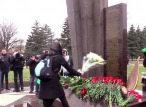 Памятник жертвам крушения Boeing открыли под дождем в Ростове-на-Дону