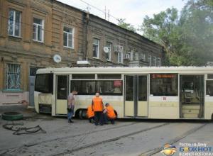 В Ростове-на-Дону трамвай сошел с рельсов и врезался в жилой дом. Фото, Видео