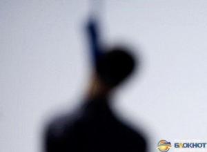В Батайске на школьной площадке на турнике найден повешенным 29-летний мужчина