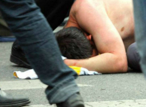 Хулиганы избили до потери сознания некурящего прохожего в Докторском переулке Ростова
