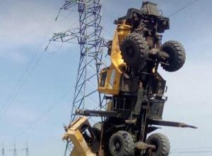 Вставший «на дыбы» с рабочим в кабине автокран высмеяли на видео жители Ростовской области
