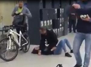 Драка лежащей матерщинницы и продавщицы супермаркета Ростова с ударом между ног попала на видео