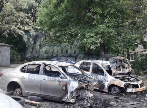 «Полураздетый» BMW отправили в утиль ночные поджигатели в Ростове