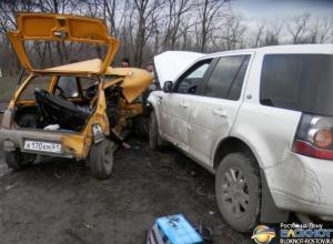 Появились фото с места столкновения «Оки» и двух внедорожников в Ростовской области