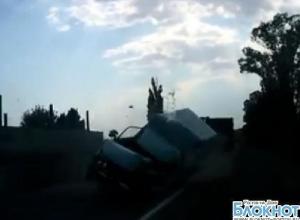На трассе «Ростов-Таганрог» большегруз лоб в лоб столкнулся с фургоном. ВИДЕО