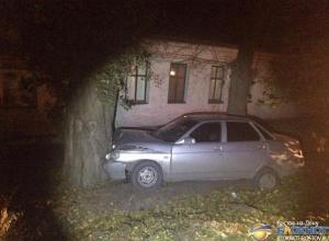 В Шахтах девушка на ВАЗе врезалась в дерево: двое пострадавших