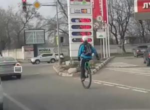 Виртуозный акробат на уницикле привел в дикий восторг жителей Ростова-на-Дону