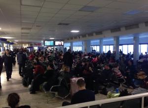 Более тысячи пассажиров застряли в аэропорту Ростова из-за снегопада