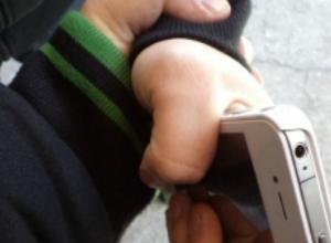 Дорогой мобильник «потерял» после грубого толчка в спину молодой житель Ростова