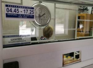 «Застрявшая в новогодних праздниках» кассир возмутила несостоявшихся пассажиров автовокзала в Ростовской области