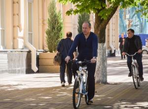 Сити-менеджер Ростова Кушнарев показательно приехал на работу на велосипеде